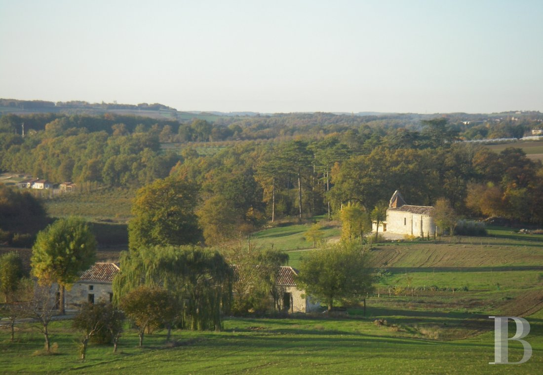 fA Romanesque chapel in a hamlet lined with fields and orchards to the north of Agen - photo n°3