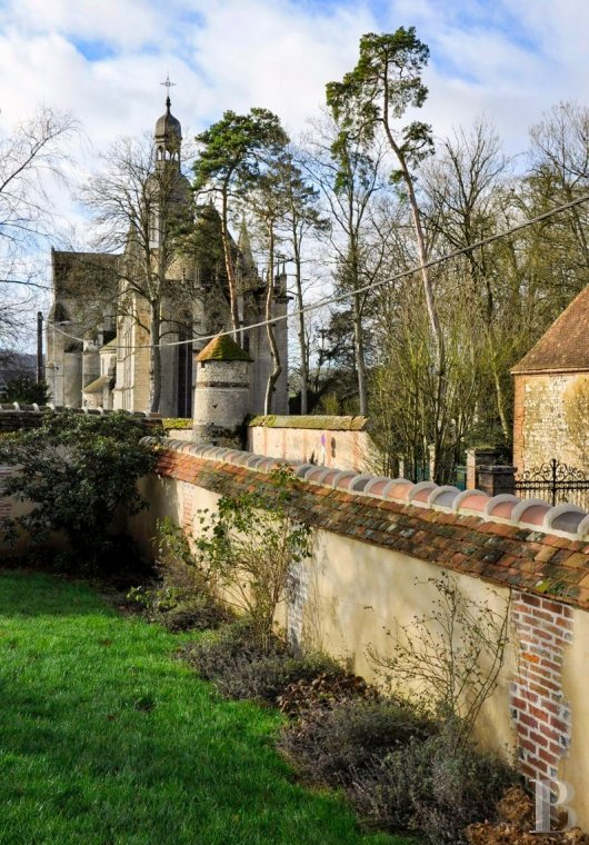 Character houses for sale - picardy - A large, luxurious home and its guest bedrooms  in a town with a 12th century abbey in Oise