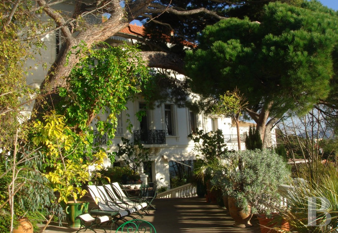 fA 19th century villa with a spectacular garden and rockery overlooking the Corniche at the heart of Roucas-Blanc in Marseille - photo  n°3