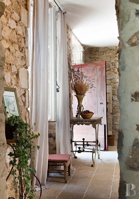 fA former 17th century coaching inn  for provincial holidays with family or friends to the east of Avignon  - photo  n°11