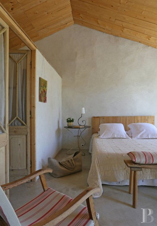 fA former 17th century coaching inn  for provincial holidays with family or friends to the east of Avignon  - photo  n°16