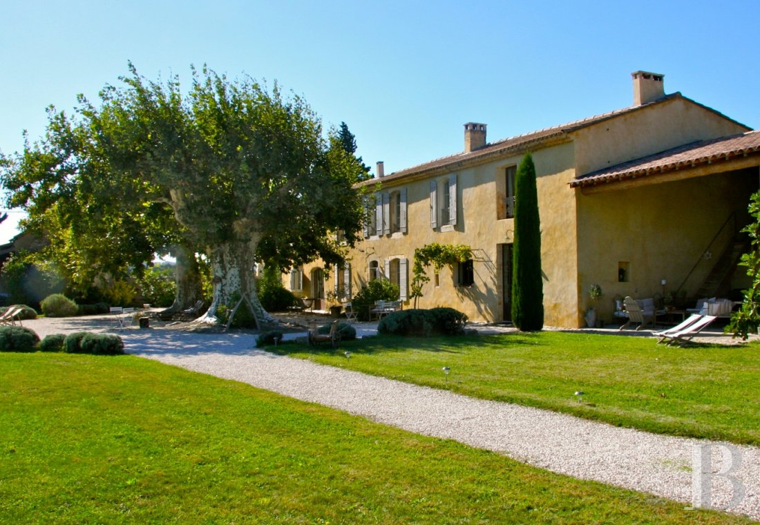 fA former 17th century coaching inn  for provincial holidays with family or friends to the east of Avignon  - photo  n°1
