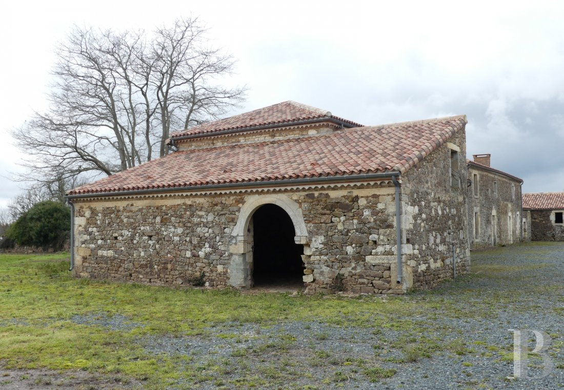 Farms for sale - pays-de-loire - A property, spanning approx. 1,500 m², awaiting rehabilitation and dominating the Lay Valley, 35 km from Puy-du-Fou, in the French department of Vendée