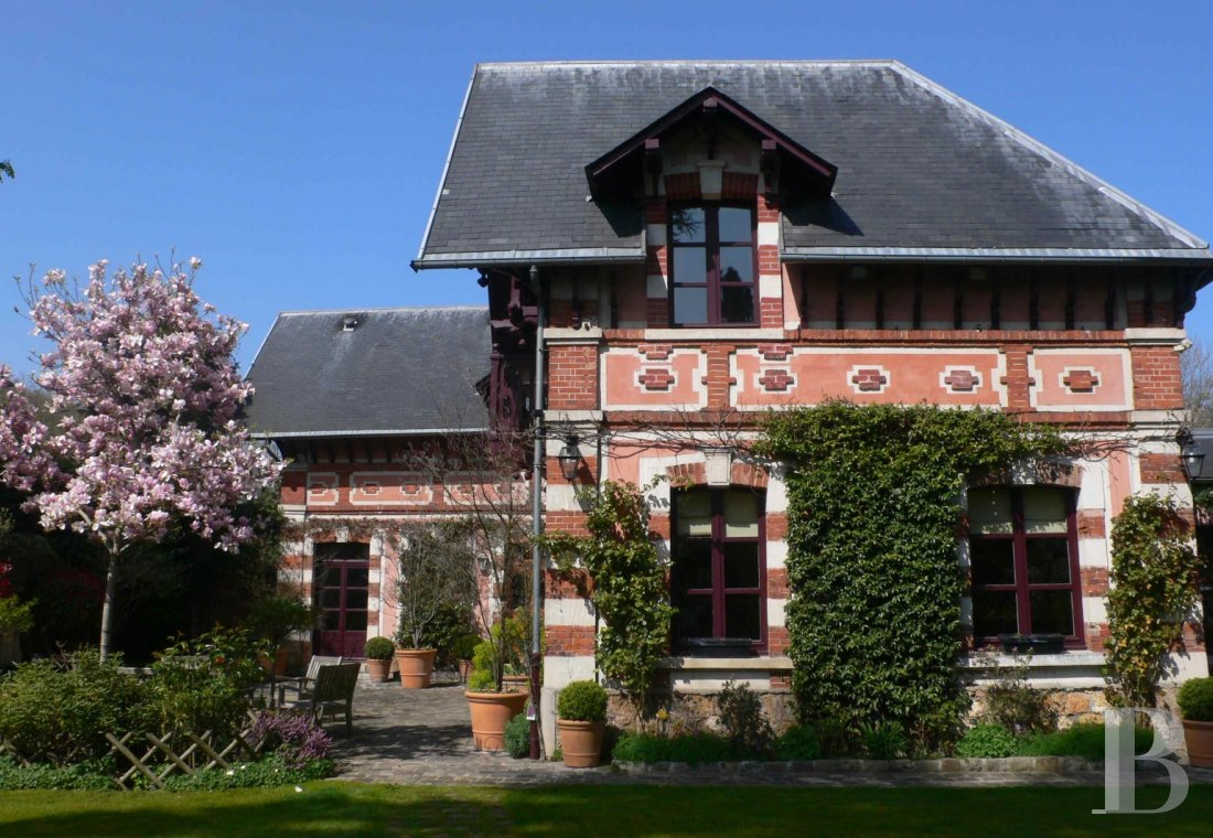 Residences for sale - ile-de-france - A former, 19th century, fully restored coaching inn in Louveciennes on the edge of Marly Park