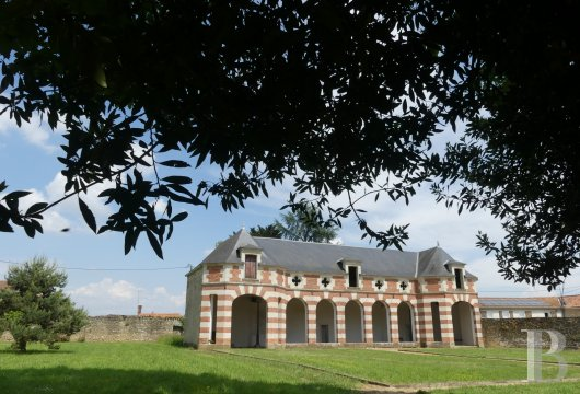chateaux for sale France pays de loire   - 13