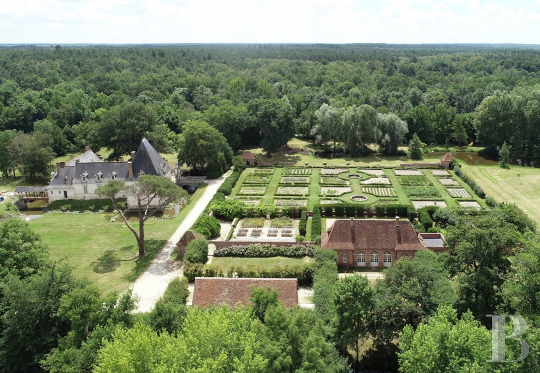 Castles / chateaux for sale - center-val-de-loire - A Renaissance chateau, its outstanding 155 ha estate and  its private river in the midst of the Sologne region
