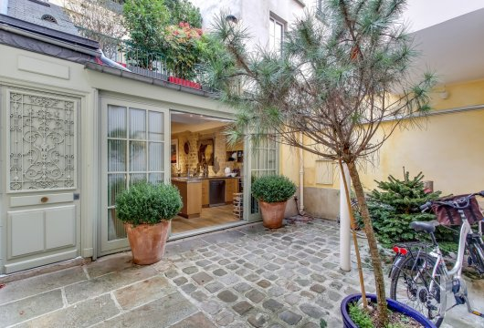 Entre la rue du Bac et la rue de Grenelle, une maison familiale de 160 m²  du 19e siècle et ses deux terrasses