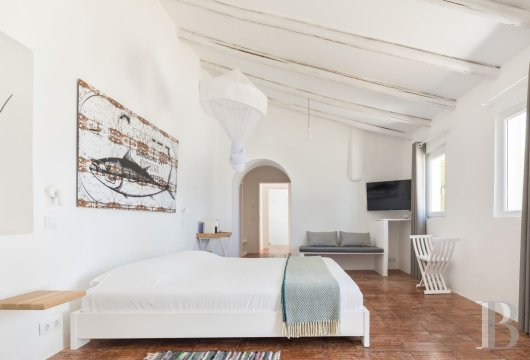 fA hilltop farm transformed into a guest house full of comfort and light in the South of Portugal, not far from Faro - photo  n°8