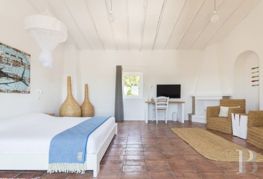 fA hilltop farm transformed into a guest house full of comfort and light in the South of Portugal, not far from Faro - photo  n°11