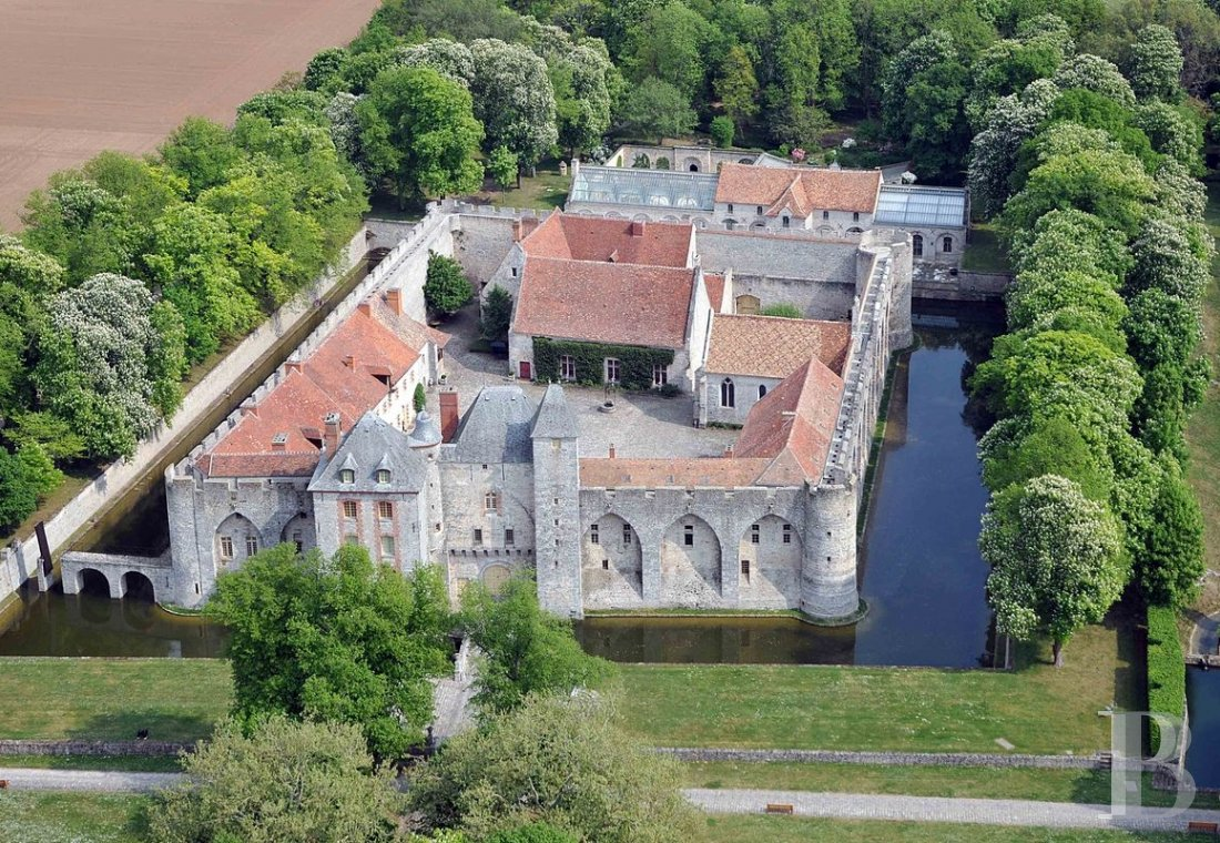 fA medieval fortress transformed into a fairy tale castle  in Essonne, less than an hour from Paris - photo  n°1