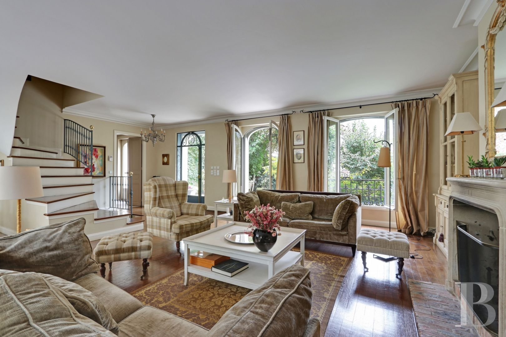 Dans un quartier résidentiel du bois de Vincennes, une confortable demeure  rénovée et son jardin