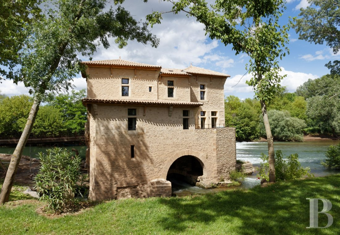 fA former fortified mill transformed into a family home  on the banks of the Hérault, between Montpellier and Béziers - photo N°1