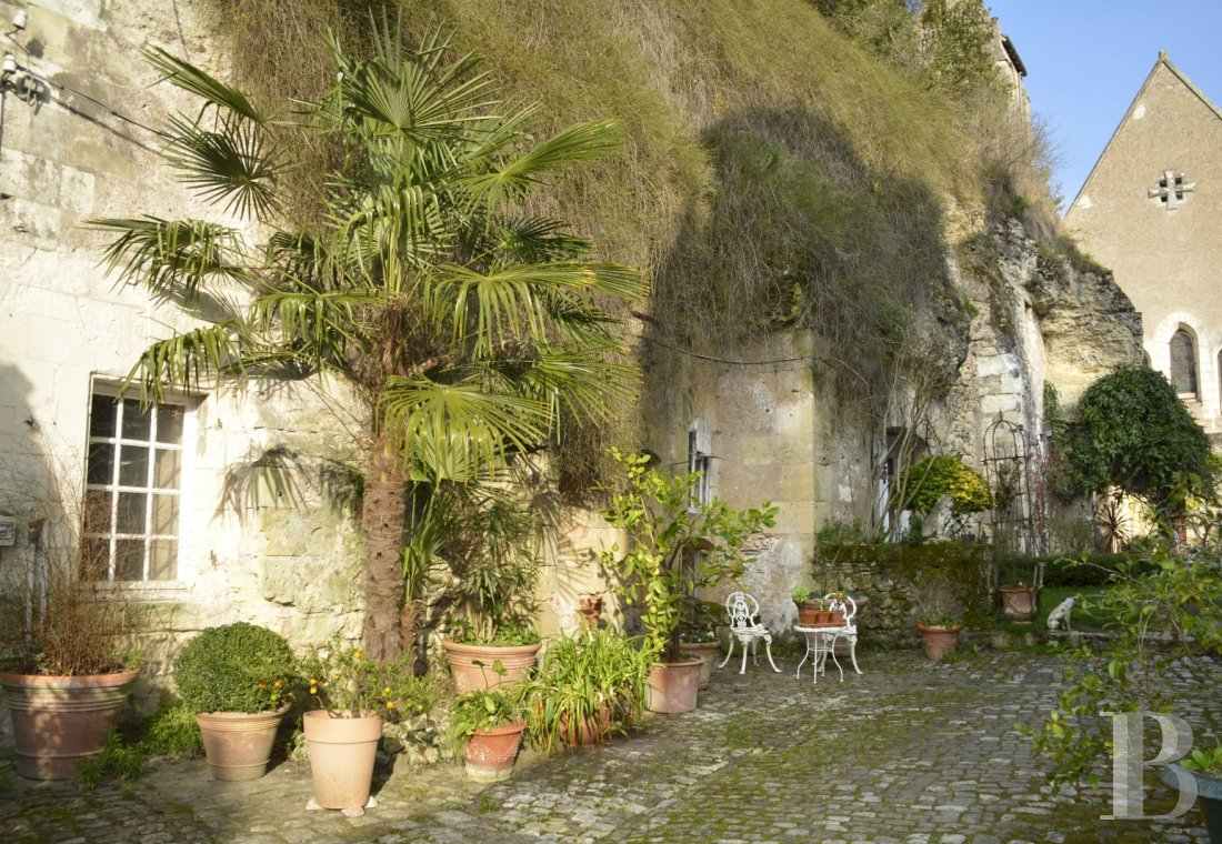 Character houses for sale - center-val-de-loire - An 18th century residence with troglodyte caves in the area around Tours