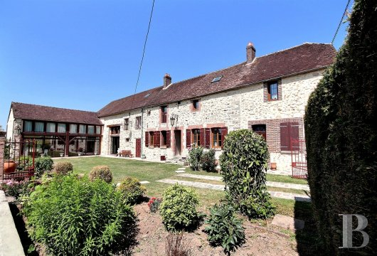 An old, fully renovated farm building in a wooded garden, with a swimming  pool, near to Provins