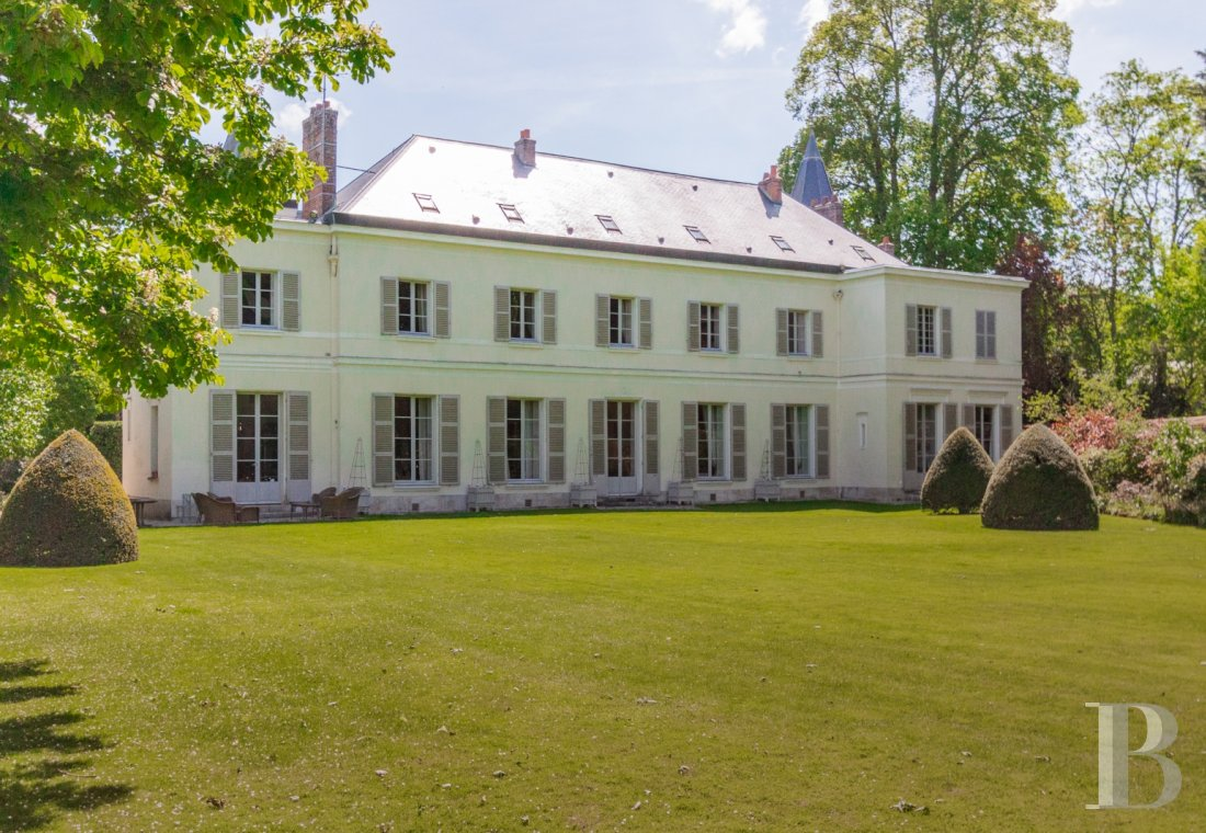Mansion houses for sale - ile-de-france - A listed, 18th century mansion house and its outbuildings  in the centre of the royal, imperial town of Fontainebleau