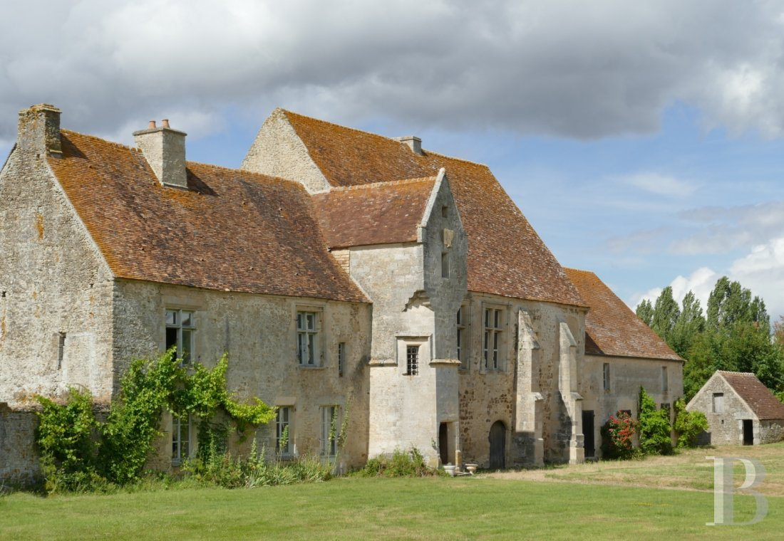 Manors for sale - lower-normandy - In the midst of the French department of Orne, with more than 4 ha of land and a lake,  a listed manor house, dating from the 11th to the 19th century, with its outbuildings
