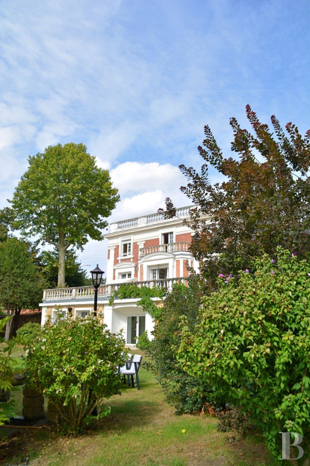 Maison De Campagne Vexin dans les yvelines, face à la seine, à 40mn de paris, une élégante propriété  de 1837 au cœur d'un parc de 4200m2, avec piscine intérieure, sauna et
