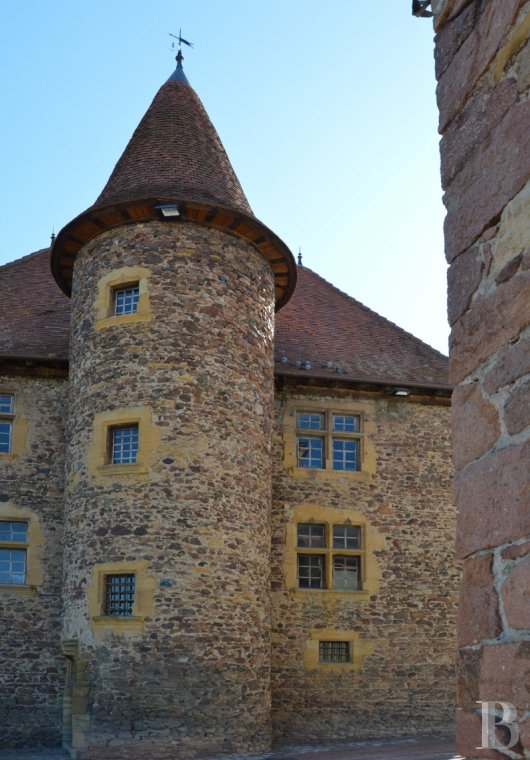 Historic buildings for sale - rhones-alps - In the Rhône-Alpes region, on the border of the Beaujolais, in a village close to the Loire, a Renaissance Provost's house with French MH classification and its garden.