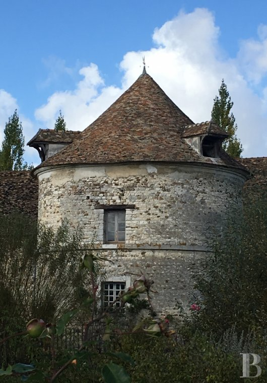 Farms for sale - ile-de-france - An old, 12th-18th century, Seigneurial farm with equestrian facilities  on an estate of some 6 hectares in the Ile-de-France region