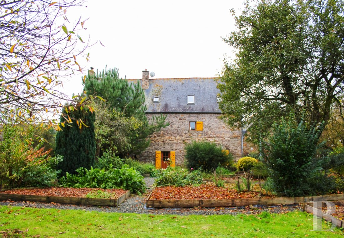Manors for sale - brittany - In Brittany's historic and tourist Trégor region,  a hamlet composed of a 17th century manor house, 4 cottages and a small inn
