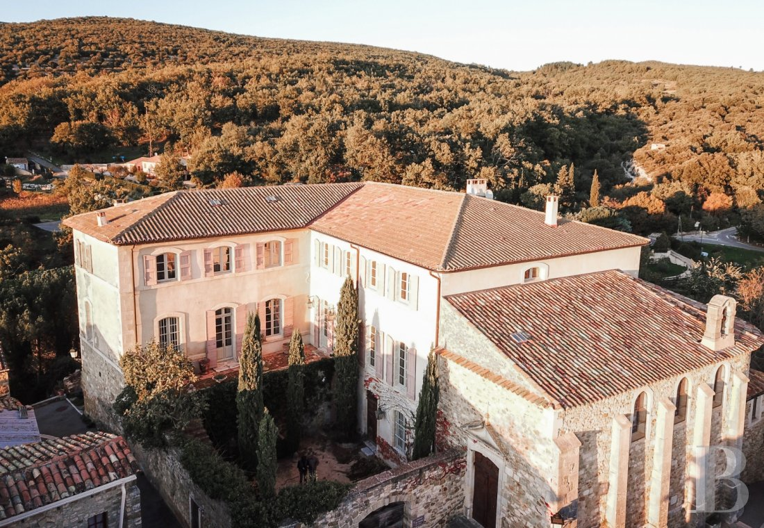 Castles / chateaux for sale - provence-cote-dazur - Set on a feudal motte in Lubéron Regional Nature Park,  a listed 18th century chateau and its 4 ha of listed parklands