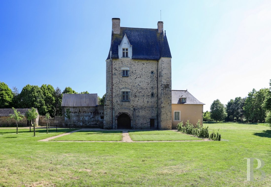 Manors for sale - pays-de-loire - A listed, 14th & 15th century stronghold house and its chapel,  with outbuildings and more than 8 ha, in a region known as Mayenne-Angevine
