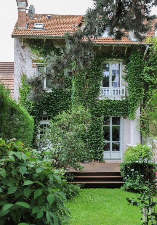 properties in town for sale - ile-de-france - A 147 m² house, with its four bedrooms and its flower-filled garden,  in the land of open-air cafés with their dance floors