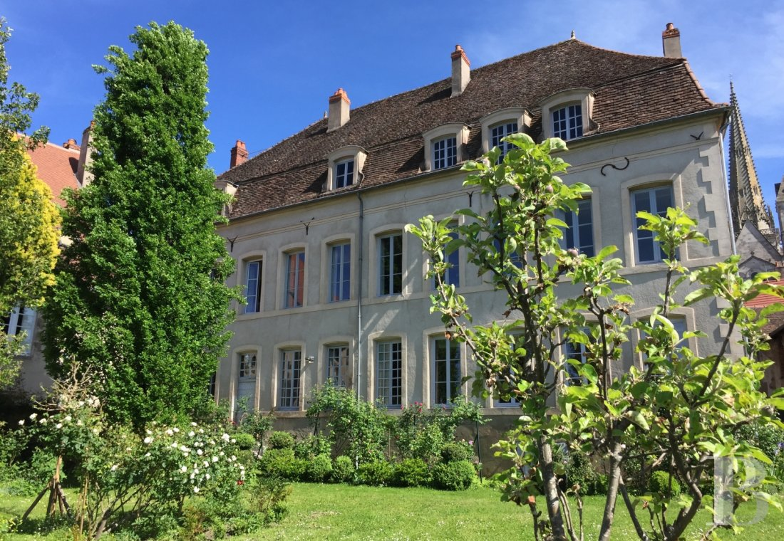 Mansion houses for sale - burgundy - In Burgundy, in the historic heart of Autun, an 18th century mansion and its ornamental garden