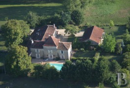 Residences for sale - aquitaine - A Gascony residence and its dovecote roof on the side of a lake