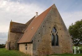Au centre de la France, chapelle du 15è s. et son presbytère classés MH (c) Patrice Besse
