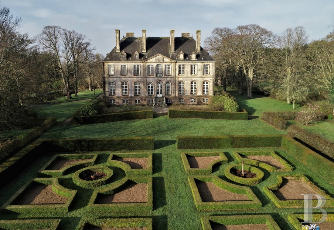 fAn 18th century chateau and its outbuildings spread across the heights of Val de Saire  in the Cotentin - photo  n°1