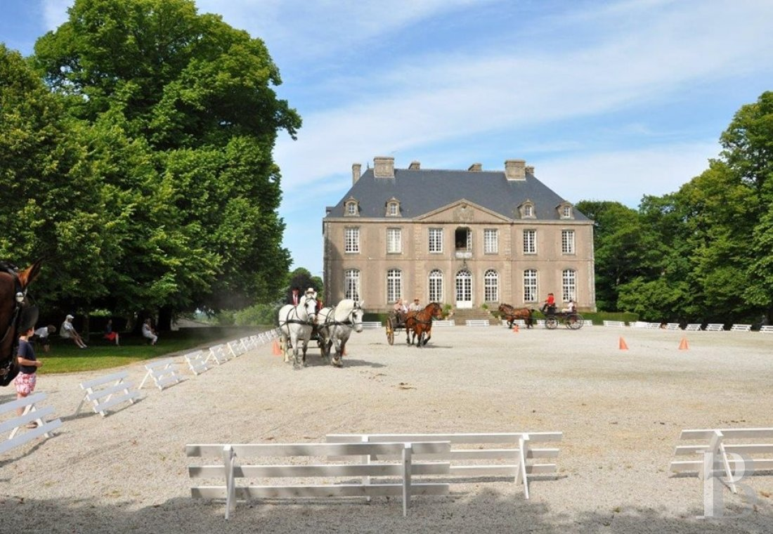 An 18th century chateau and its outbuildings spread across the heights of Val de Saire  in the Cotentin - photo  n°5