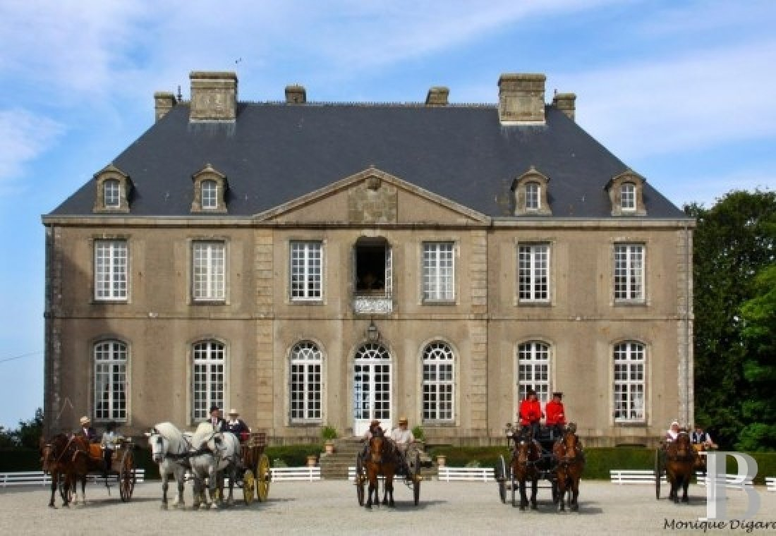 An 18th century chateau and its outbuildings spread across the heights of Val de Saire  in the Cotentin - photo  n°8