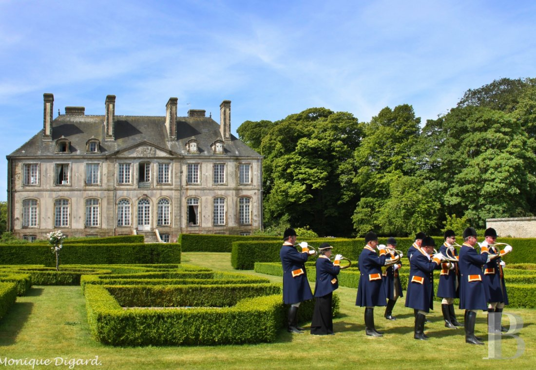 An 18th century chateau and its outbuildings spread across the heights of Val de Saire  in the Cotentin - photo  n°3