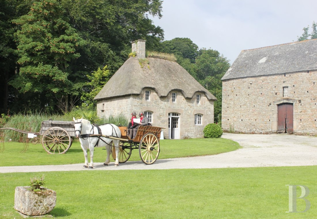 An 18th century chateau and its outbuildings spread across the heights of Val de Saire  in the Cotentin - photo  n°9