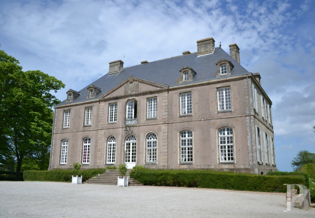 An 18th century chateau and its outbuildings spread across the heights of Val de Saire  in the Cotentin - photo  n°12
