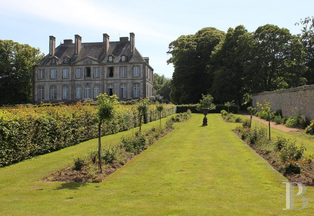 fAn 18th century chateau and its outbuildings spread across the heights of Val de Saire  in the Cotentin - photo  n°7