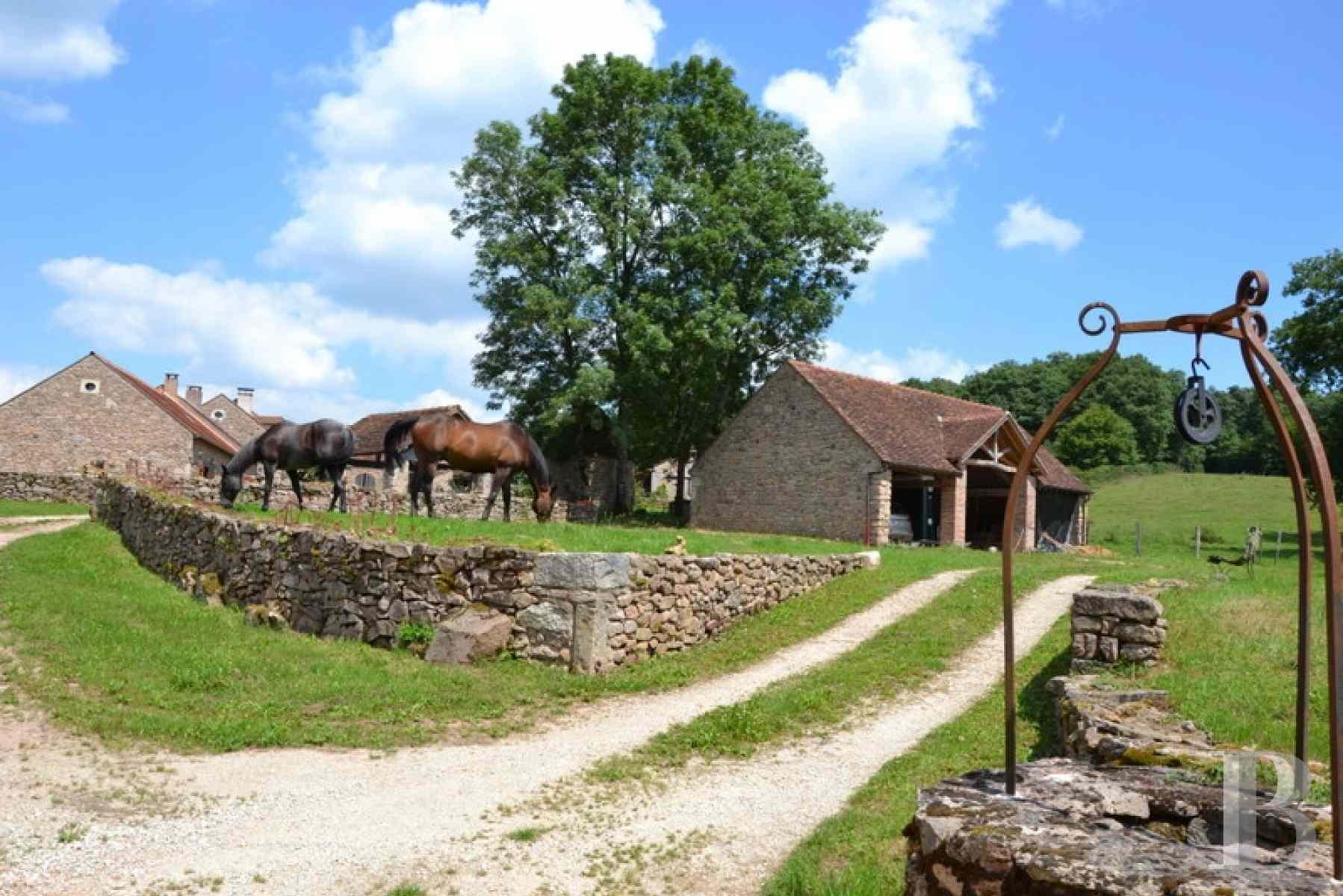 Un petit village isol en bourgogne sur 3 ha avec chapelle colombier et serre glises a - Vendre un bien en indivision 50 50 ...