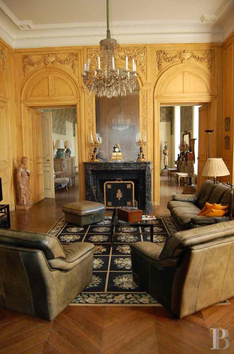 a 40 km de la capitale folie du 18eme s derri re ses douves anciennes dans un parc bois de 10. Black Bedroom Furniture Sets. Home Design Ideas