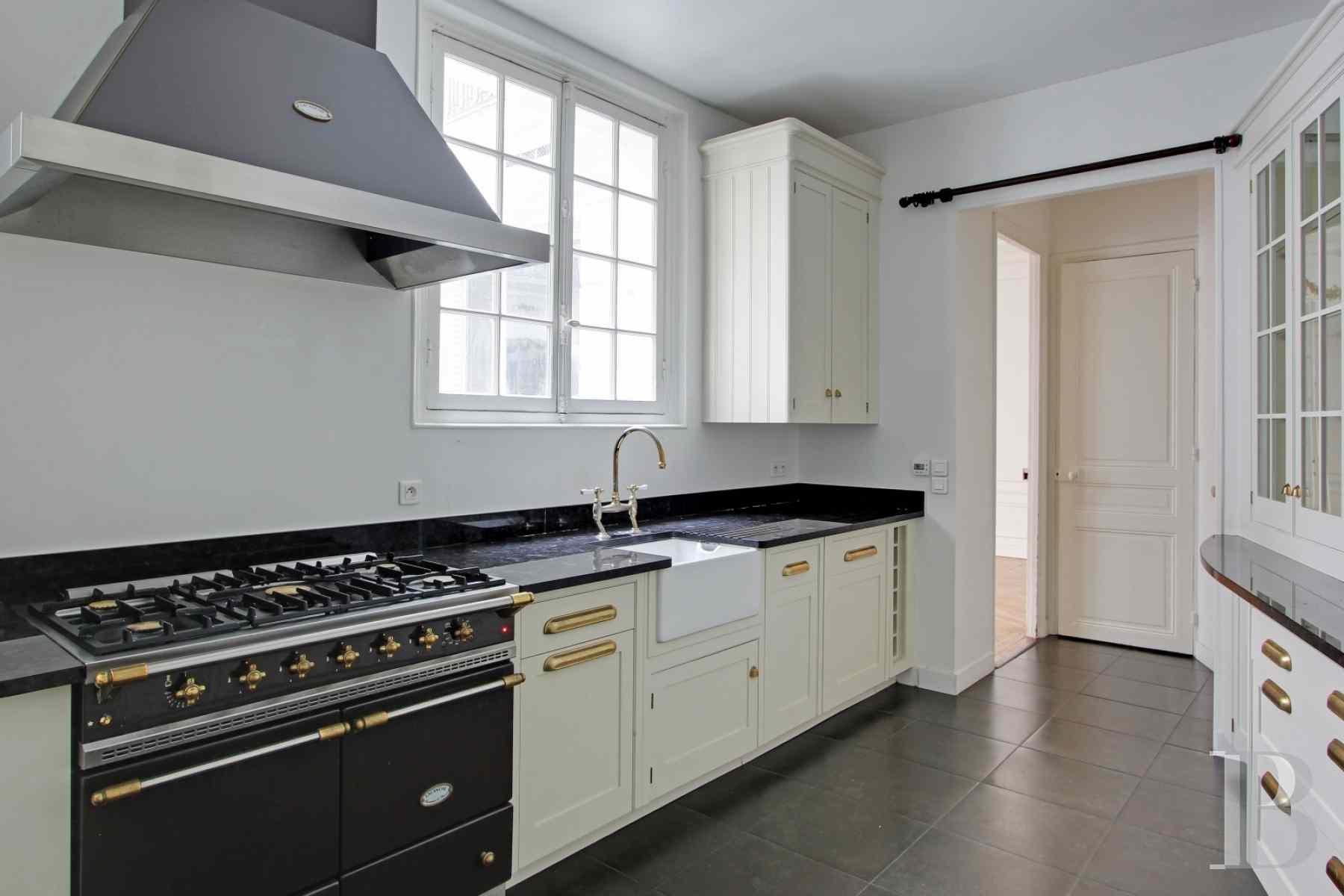 dans le quartier de l 39 ocde pr s du ch teau de la muette un l gant appartement de 255 m et. Black Bedroom Furniture Sets. Home Design Ideas