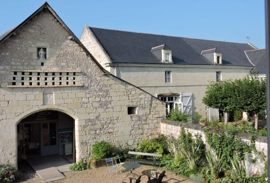 fA family house with monastic origins transformed into a hotel and guest house right by the banks of the Loire, between Saumur and Chinon - photo N°2