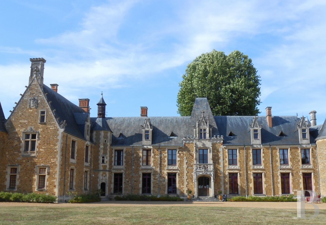 fA family chateau classified as a historic monument on a 400-hectare estate between Le Mans and Ferté-Bernard - photo n°1