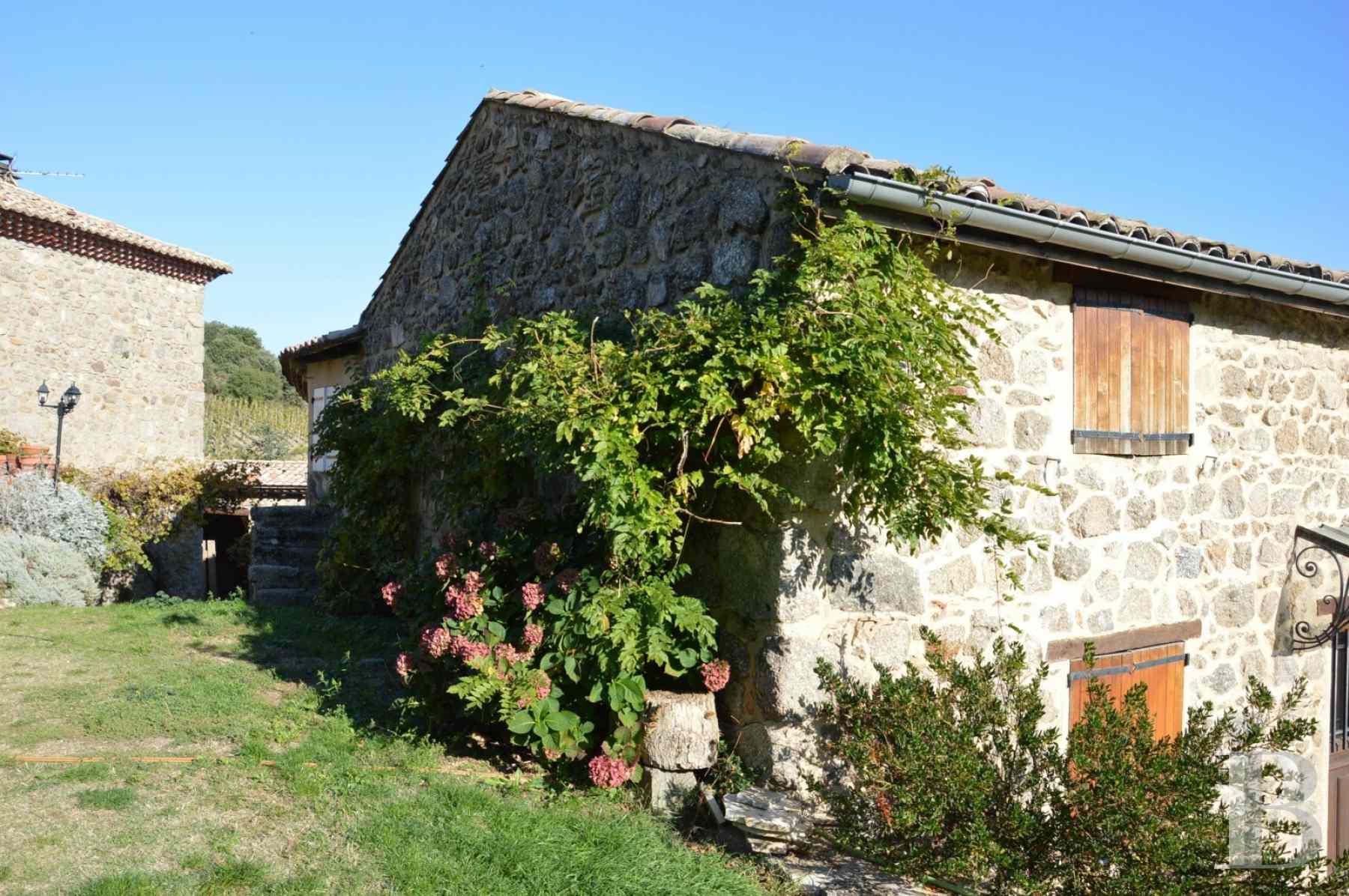 en ard che tout un vieux hameau de pierre et ses 17 hectares de colline avec vue 360. Black Bedroom Furniture Sets. Home Design Ideas