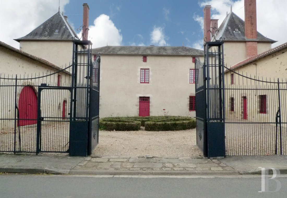 France mansions for sale poitou charentes dwelling 17th - 1