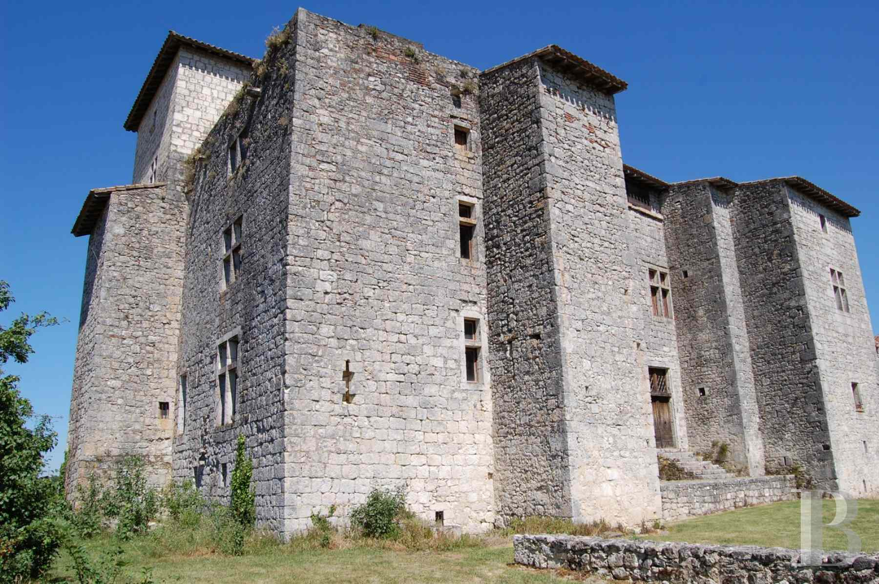 chateaux for sale France midi pyrenees medieval castle - 2 zoom