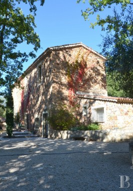 Residences for sale - provence-cote-dazur - An old barn, now a traditional Bastide house, and its 7 ha of scrubland  20 minutes from the sea amongst Var vineyards