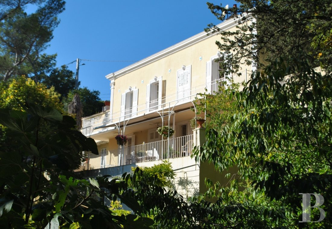 character properties France provence cote dazur middle class - 1 mini