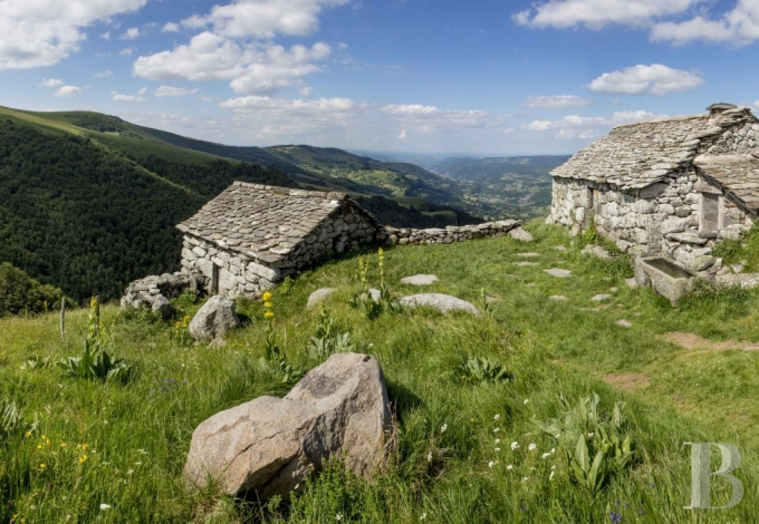 A buron transformed into a cottage surrounded by nature in the Auvergne Volcanoes Nature Reserve - photo N°1