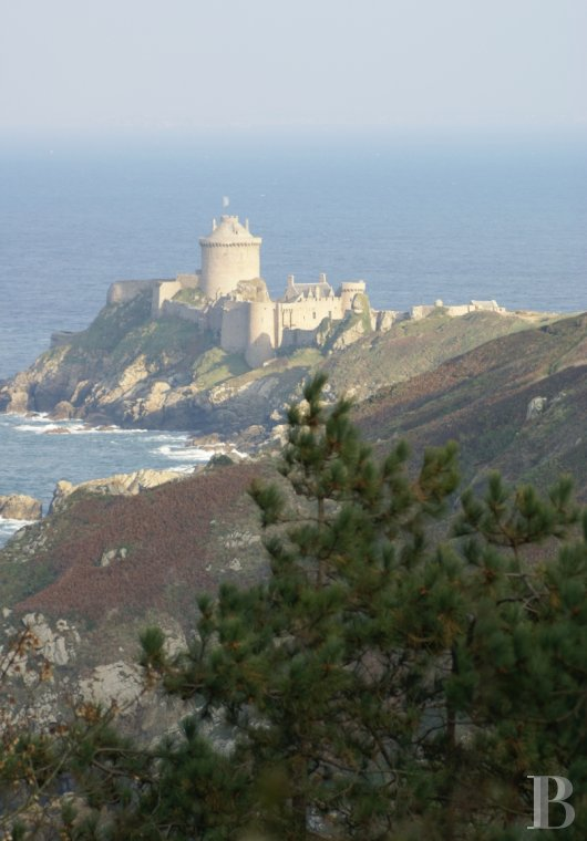 fAn impressive castle stretching into the sea  with a view of cape Fréhel from the côtes d'Armor - photo n°7