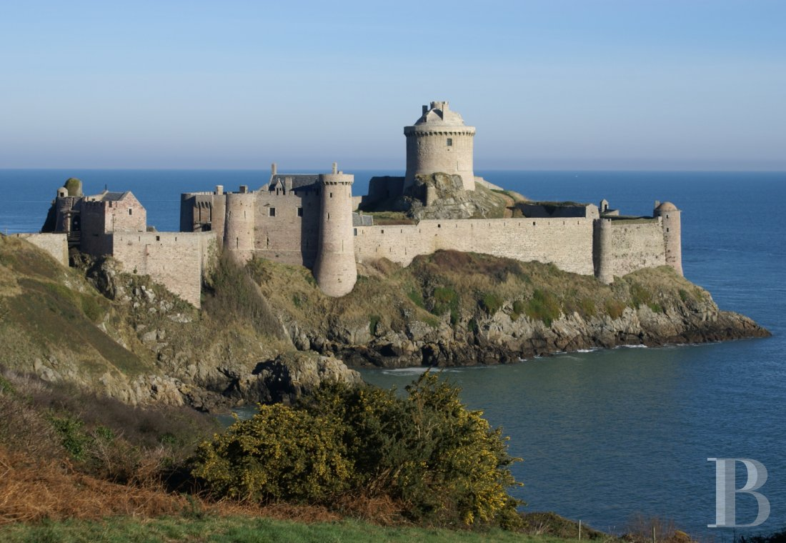 fAn impressive castle stretching into the sea  with a view of cape Fréhel from the côtes d'Armor - photo n°1